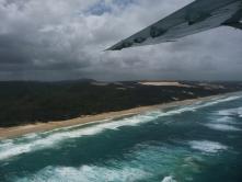We vliegen over Fraser Island. 75km lang is het eiland